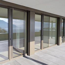 Schiebetüren, Alurahmen mit Sonderfarbe perfekt auf die Fenster abgestimmt fügen sich optimal in die Fassade ein