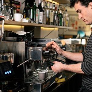 Une ambiance décalée et unique, en un mot : authentique. Venez manger, boire, écouter, travailler...