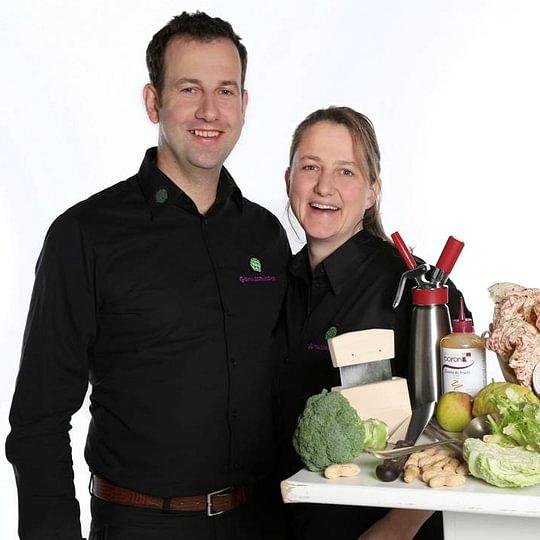 Ladina Wegmann und Alexander Fleig.  Wir kochen mit Allergikern, ganzen Büroteams, Coachen Einzelpersonen, Gastronomen im Allergenmanagement, Institutionen bei altersgerechter Ernährung.