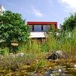 Der schöne Teich mit Aussicht auf die Gartenterrasse und den Saal