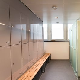 The studio offers modern changing rooms equipped with showers for women and men.