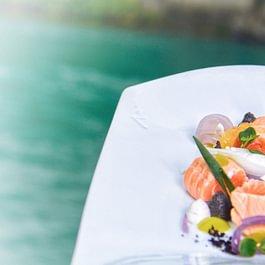 Ceviche vom schottischen Label Rouge-Lachs Schwarzer Hummus, Frühlingszwiebeln, gelbe Tomaten und Koriander