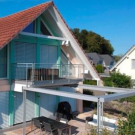 Fassadenrenovation mit Gerüstbau und farbiger Gestaltung