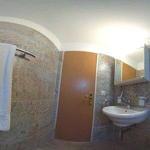 Duschsanierung mit Wandplatten im Teppichlook