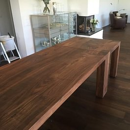 Tisch aus Nussbaum massiv mit Beistelltisch