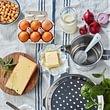 Vielseitiges Küchenzubehör wie Spätzlisieb oder Mesurentopf