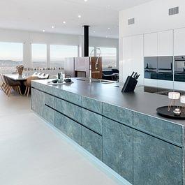 Küche mit Steinfurnierfronten