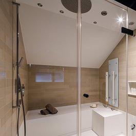 Pflegeleichte Corian-Dusche inkl. Regenbrause, Dampf, Infrarot und entspannter Musik