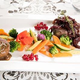 Duo de Filet de Boeuf et duo de sauces oignons rouges et trois poivres, légumes du marché