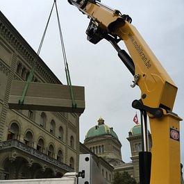 Versetzen von Natursteinen... Kranarbeit in Bern