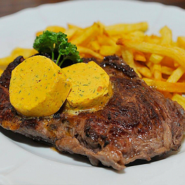 Entrecôte parisienne avec notre café de Paris, frites faites maison