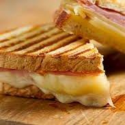 Toast ripieni con i formaggi e il prosciutto del territorio