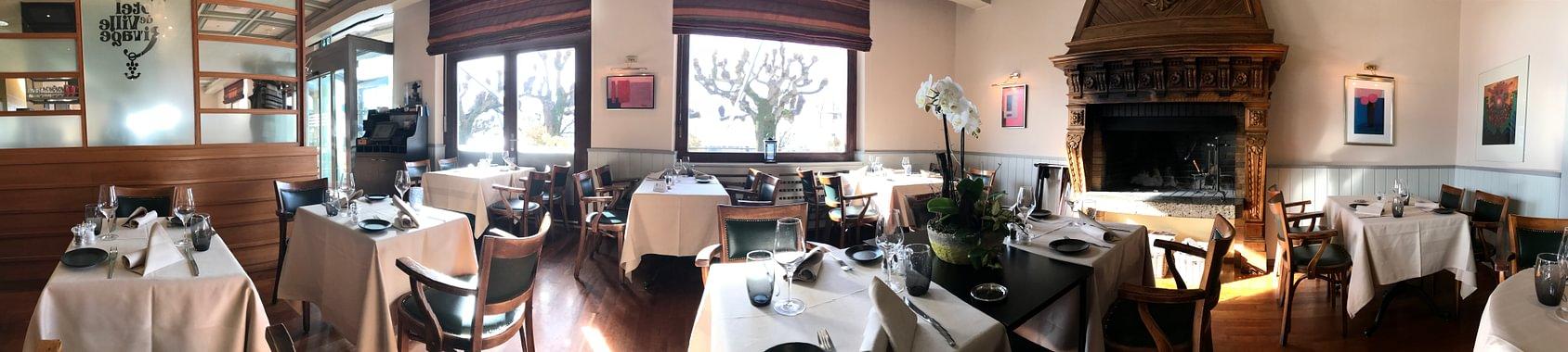 Notre salle à manger avec cheminée d'époque ainsi qu'une belle vue sur le vieux port de Lutry