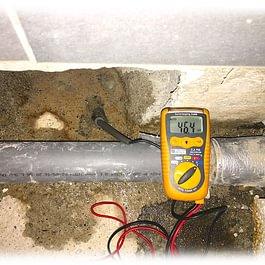 Localisation d'une infiltration d'eau sous la chape d'un sous-sol