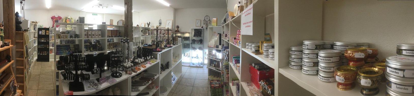 Divers articles à l'étage de la boutique, livre, encens, oracle, statue, pendule, etc...