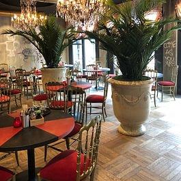 Restaurant - Innenbegrünung; pompöse Kunstpflanzen