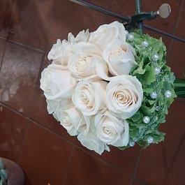 Bouquet da sposa con ortensia rose e coda di verde sotto