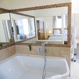 """Jacuzzi 2 places de la Chambre N° 7"""" Suite Marquise de Champagne"""", WC Séparé"""