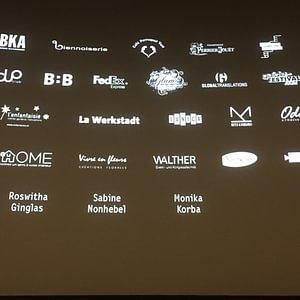 Die Namen der Dolmetscher auf der Leinwand eines Filmfestivals