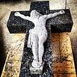 Simbolo religioso scolpito in granito Labrador con Cristo in croce