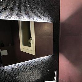 pose de mosaïque en verre avec lumière rasante