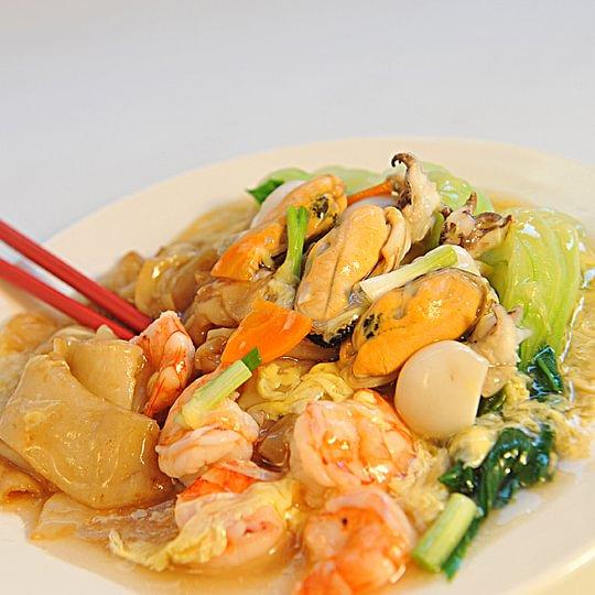 Pâte de riz au fruit de mer à la sauce œuf