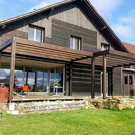 Création d'une terrasse-couvert, contre une ferme rénovée existante, à Pomy