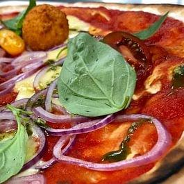 La FlammenSwiss tessinoise: fondue de tomate au basilic, oignons, raclette,  lunganiga, arrancini