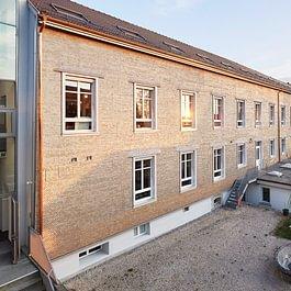 Frisch renoviertes Fabrikgebäude mit Holzschindeln