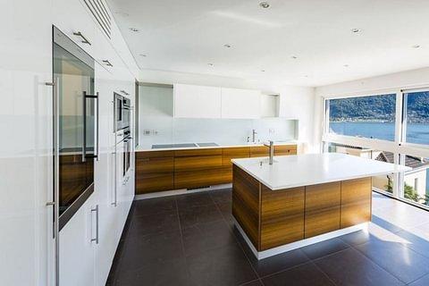 MELIDE - vendesi moderno attico su tre piani con vista lago e posto barca