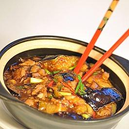 Marmite d'aubergine au poisson salé et au porc haché
