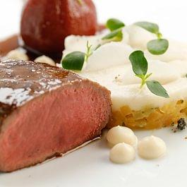 Selle de chevreuil rôtie, sauce poivrade, poire à Botzi et navet fane