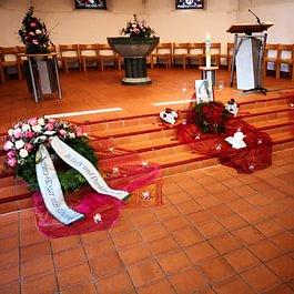 Kirchendekoration. Gerne gestalten und dekorieren wir nach Ihren Wünschen die Trauerfeierlichkeiten in der Kirche.