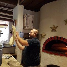 il pizzaiolo e il forno a legna