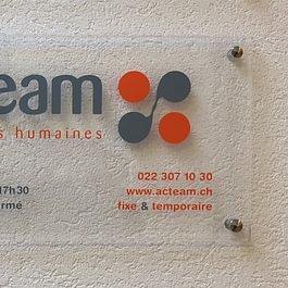 Publicité sur enseigne plexiglas d'entreprise.