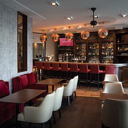Le Bar et sa nouvelle terrasse qui offre une vue imprenable sur le port et les Alpes, un spectacle magique quelle que soit la saison