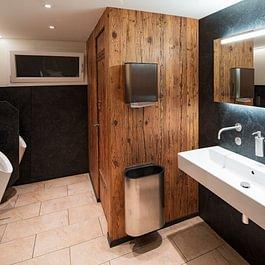Heimelig und traditionell wurde die WC-Anlage saniert.
