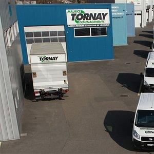 Nos véhicules sont facilement reconnaissables avec le logo vert Maurice Tornay Location.
