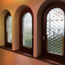 finestra arco in legno