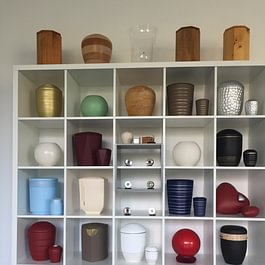 Urnen. Wir führen ständig eine grosse Auswahl an Urnen in unserer Ausstellung oder wir bestellen Ihnen Ihre Wunschurne.