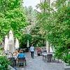Auf der Terrasse des Café-Restaurants