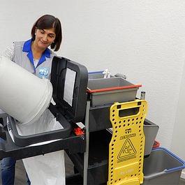Papierkörbe leeren gehört einfach zur Unterhaltsreinigung