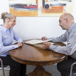 Peter Suter mit einer Kundin anlässlich einer Expertise