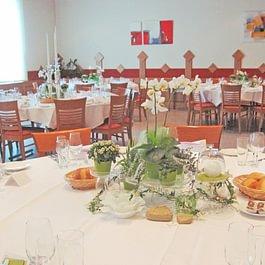 Bankettsaal bereit für eine Hochzeit mit runden Tischen