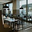 Lichtdurchflutetes Restaurant