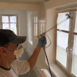 Spritzarbeiten mit dem Airlessgerät  in einer Altbauwohnung.