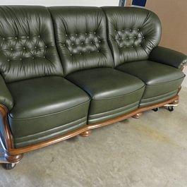 Englisches Sofa neu beziehen mit kapitoniertem Rücken in Vintage Leder grün