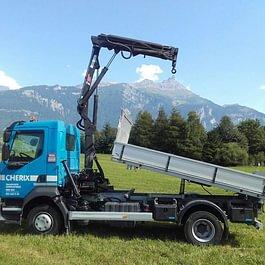 Camion, largeur 2,20 (charge utile 5,5t / capacité grue : 1,5t à 3m/ portée maximum 6m)