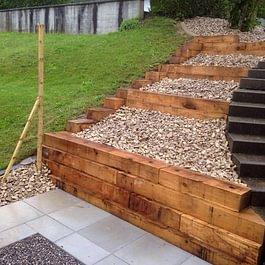 Stützmauer aus Eichenholz