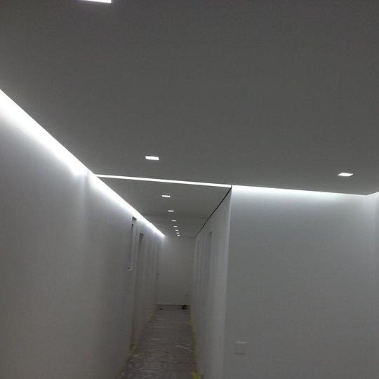 Striscia LED con faretti in gesso.